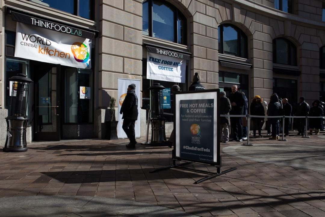 被逼放無薪假或暫時拿不到工資的聯邦政府僱員在一家慈善機構外排隊領取免費食物。