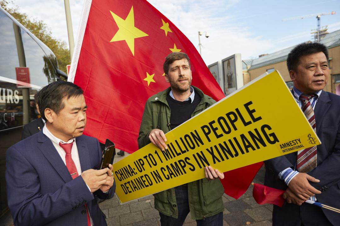 2018年10月16日、中國國務院總理李克強到訪荷蘭海牙期間,國際特赦組織一名成員手持標語,抗議中共在新疆集中營內囚禁上百萬名少數民族或宗教人士。 攝:Pierre Crom / Getty Images
