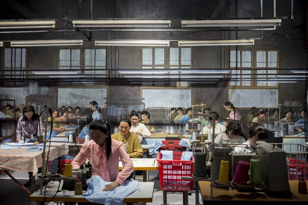 「大潮起珠江」---- 廣東改革開放40周年展覽上,有模型重現改革開放早期的工廠模樣。