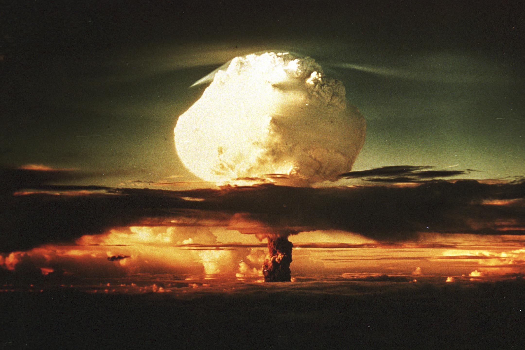 1980年代一群當紅科幻小說家捲入的一場大亂鬥,很可能改變了整個星球的命運:他們用紙筆促成了蘇聯瓦解,也用紙筆讓人類躲過了一場世界末日。圖為1952年美國布拉德伯里科學博物館展出的核試驗圖片。 攝:Joe Raedle/Getty Images