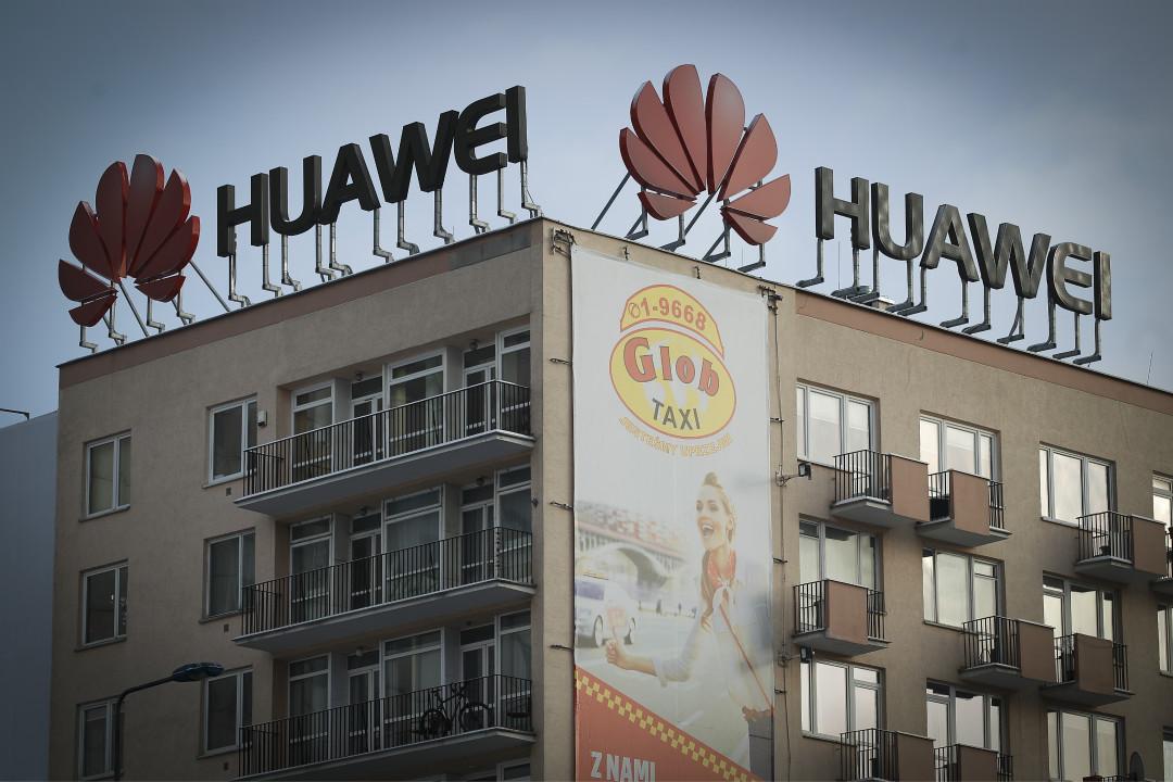 波蘭首都華沙樓頂打出的華為公司廣告牌。 攝:Jaap Arriens/Getty Images