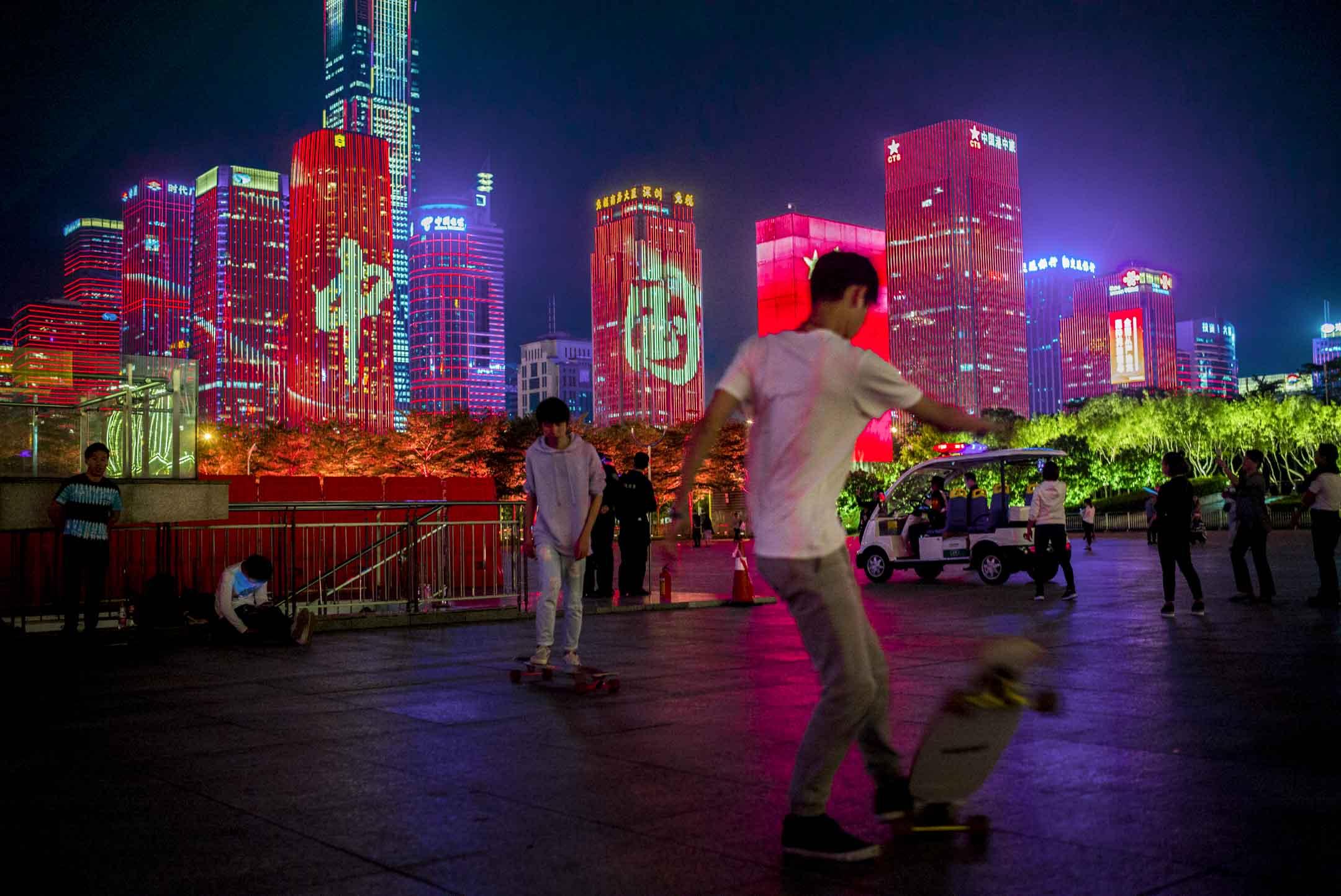 深圳當局為慶祝中共建政69周年、改革開放40年,在市民中心廣場舉行燈光秀。 攝:林振東/端傳媒