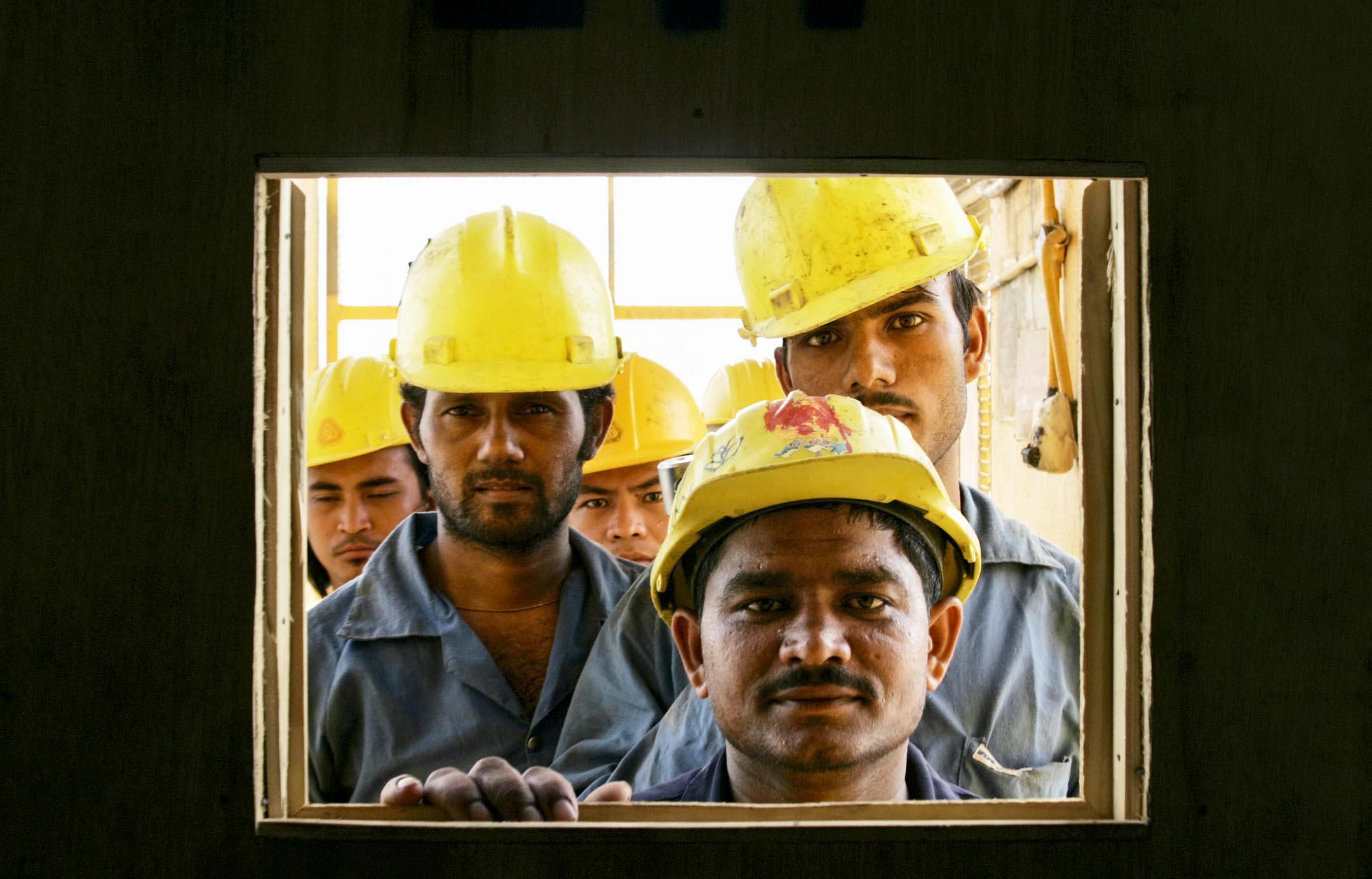 卡塔爾人只有32萬人。剩下的200多萬居民,都是來自別國的「外籍務工人員」。