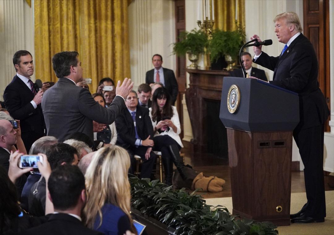 11月初的中期選舉之後的一場記者會上,特朗普因為不喜歡CNN記者的追問,要求撤銷其白宮記者證。CNN隨後起訴特朗普,奪回了記者證。圖為二人在記者會上對峙。
