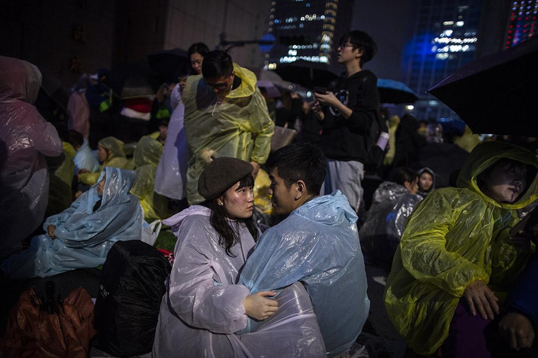 2018年12月31日,一對情侶在雨中等候台北的除夕煙火。