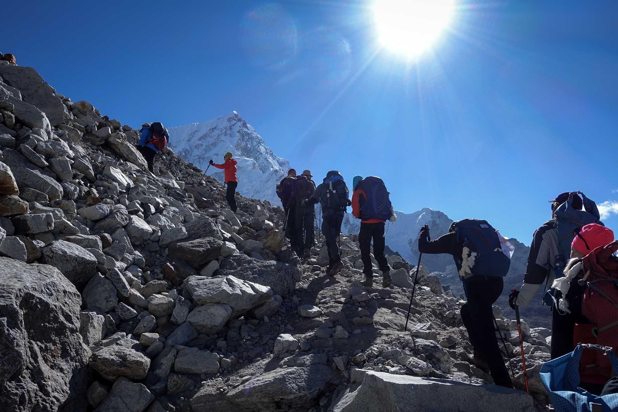 在世界十大高峰中,尼泊爾境內就佔了八座,曾經走過安娜普納大環線的我,對那段短暫十二日的山居歲月念念不忘,這次便再度挑戰十二日的聖母峰基地營大環線(Everest Basecamp,簡稱EBC)。