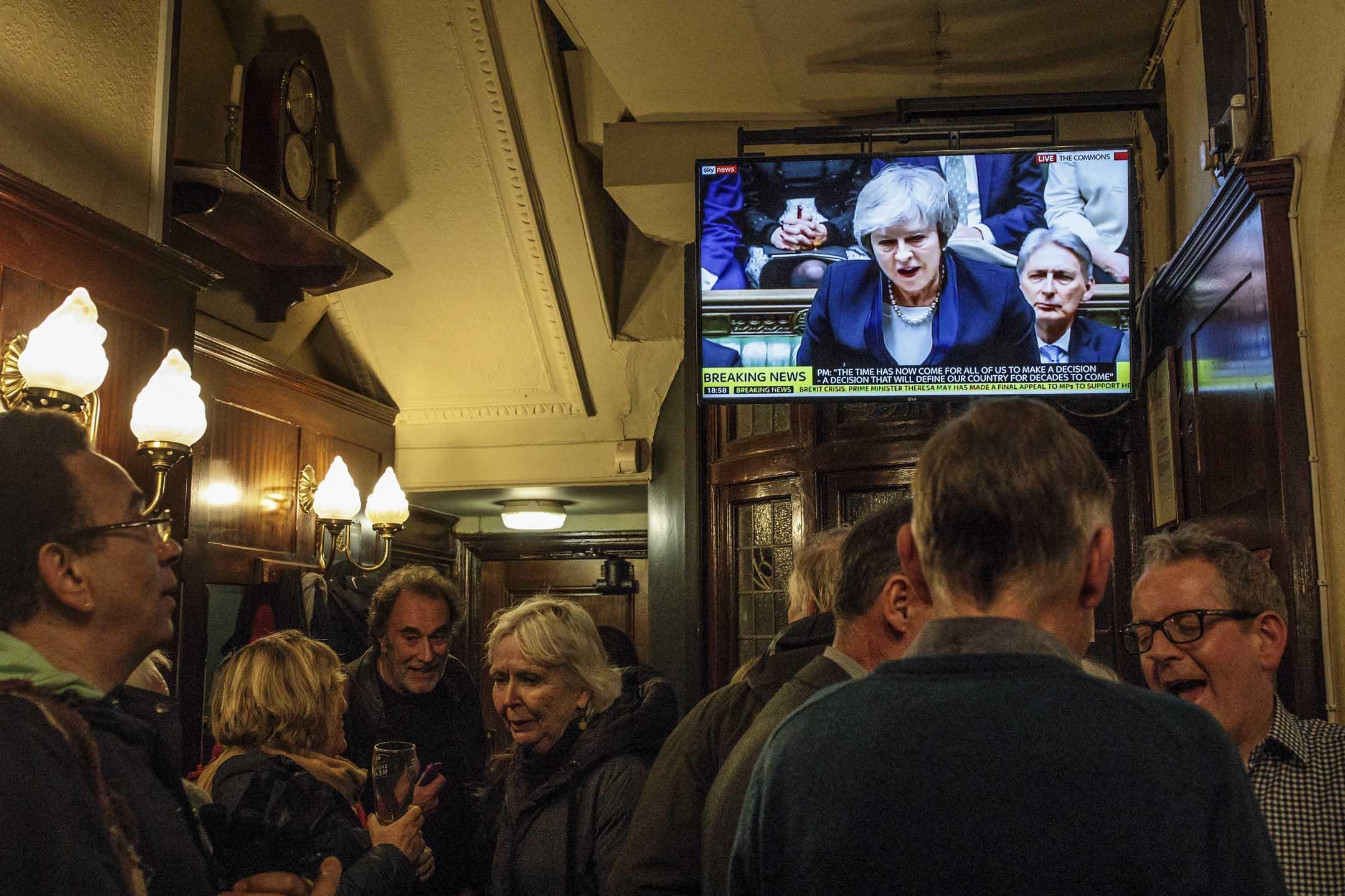 2019年1月15日,倫敦酒吧的電視正在直播英國國會表決脫歐方案,首相文翠珊(Theresa May)在期間發言。 攝:Jack Taylor/Getty Images
