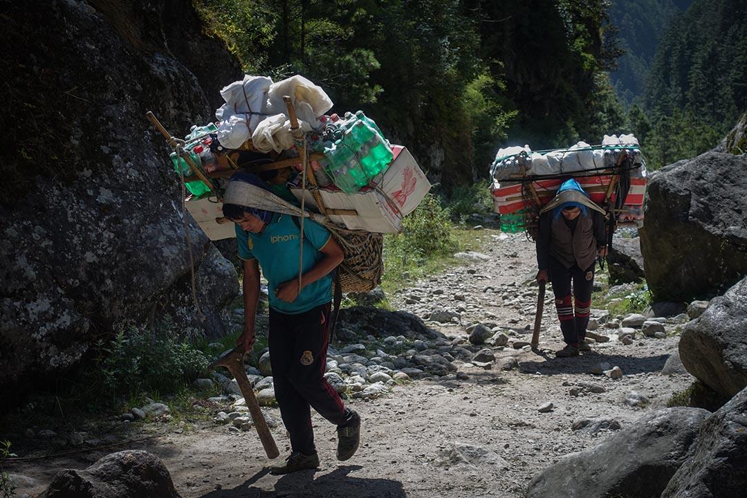 在山徑上往來的不是健行客就是當地挑夫,背負著動輒破百斤的補給上山。