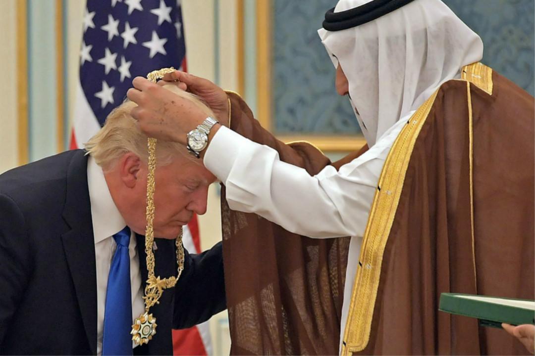 2017年5月20日,美國總統特朗普訪問沙特,屈膝接受沙特國王薩勒曼授予勳章。 攝:Mandel Ngan/Getty Images