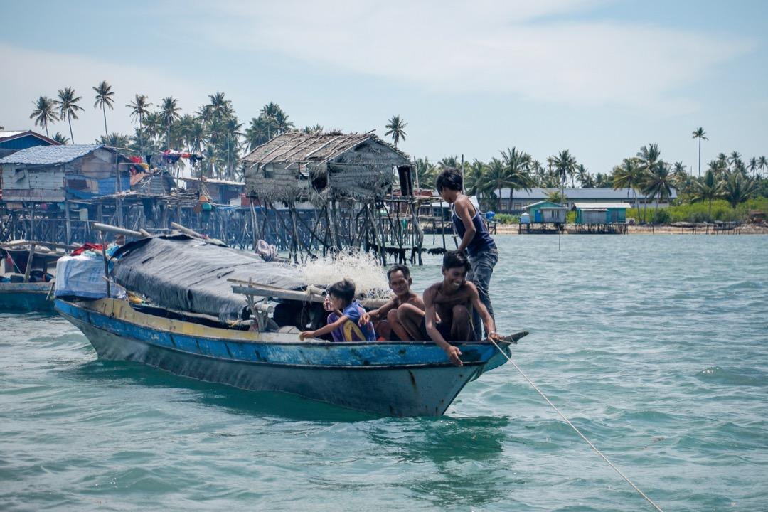 船屋不僅是船、還是屋,是海巴瑤族捕魚維生和生活的地方。圖為奧馬島附近的其中一艘船屋家庭,據他們描述,這艘船住了7個家庭成員。