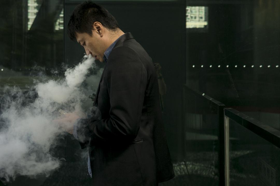 一名吸食電子煙的男士。 攝:林振東/端傳媒