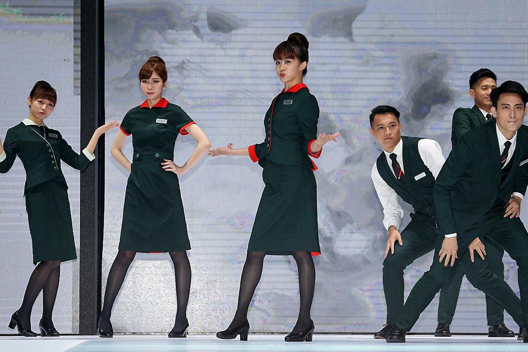 長榮航空公司在長榮航太修護棚廠舉行第3代制服發表會,由自家空服員在伸展台上走秀。