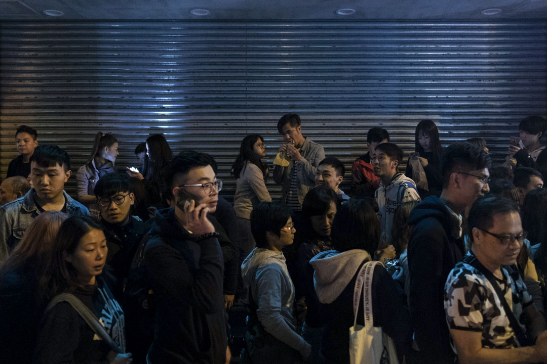 大年初一,旺角砵蘭街小販開業,市民在關了門的店鋪外聚集。