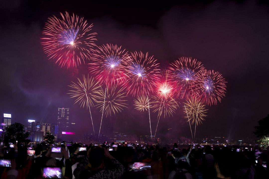 大年初二,市民在添馬公園觀賞賀歲煙花。
