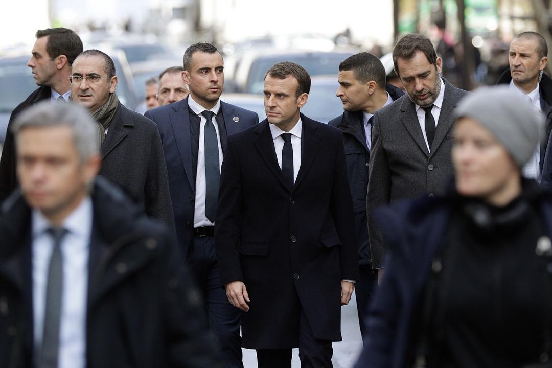 2018年12月2日,法國總統馬克龍在內政部長卡斯塔內(右)陪同下,到巴黎街頭視察「黃背心運動」示威行動造成的破壞。