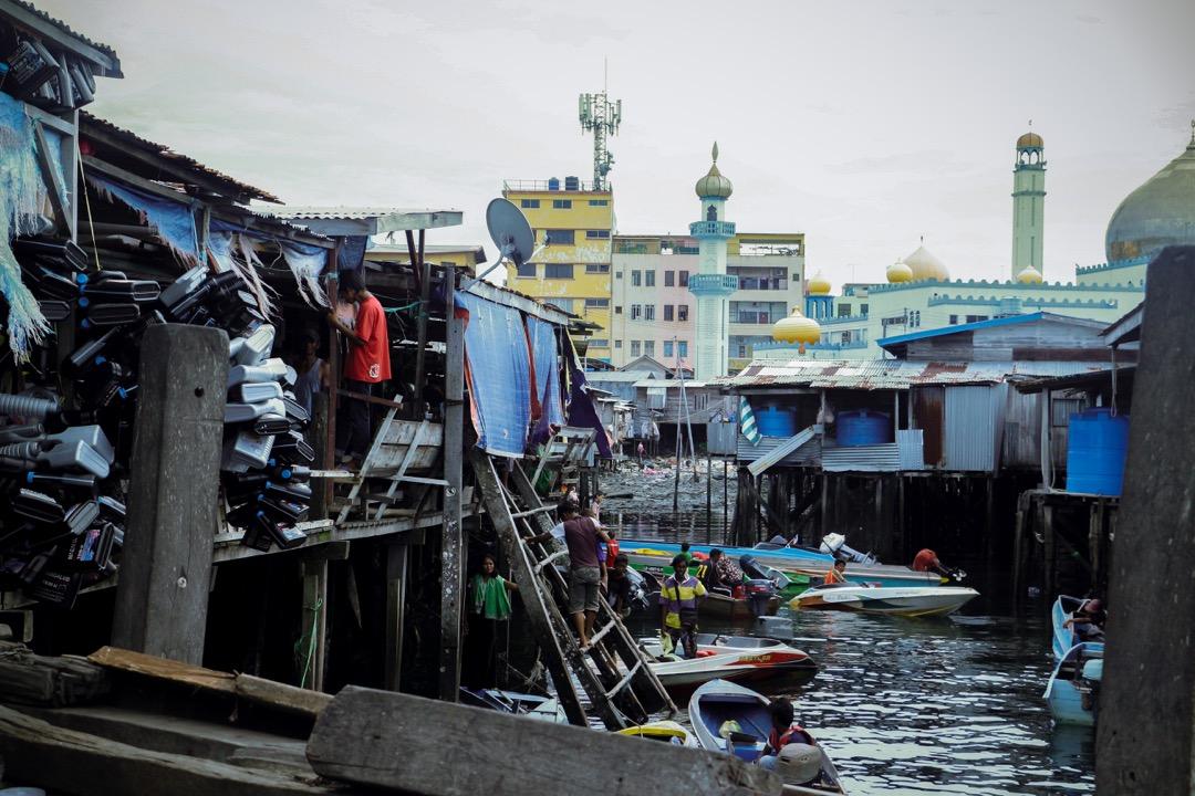 海巴瑤族需要到位於仙本那岸上的市集購買日常用品如汽油、淨水等。