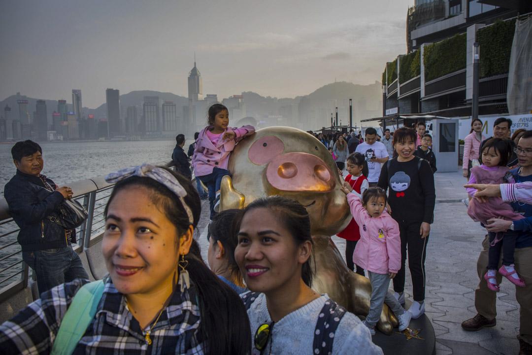 大年初一,尖沙咀星光大道,旅客在麥兜像前拍照。