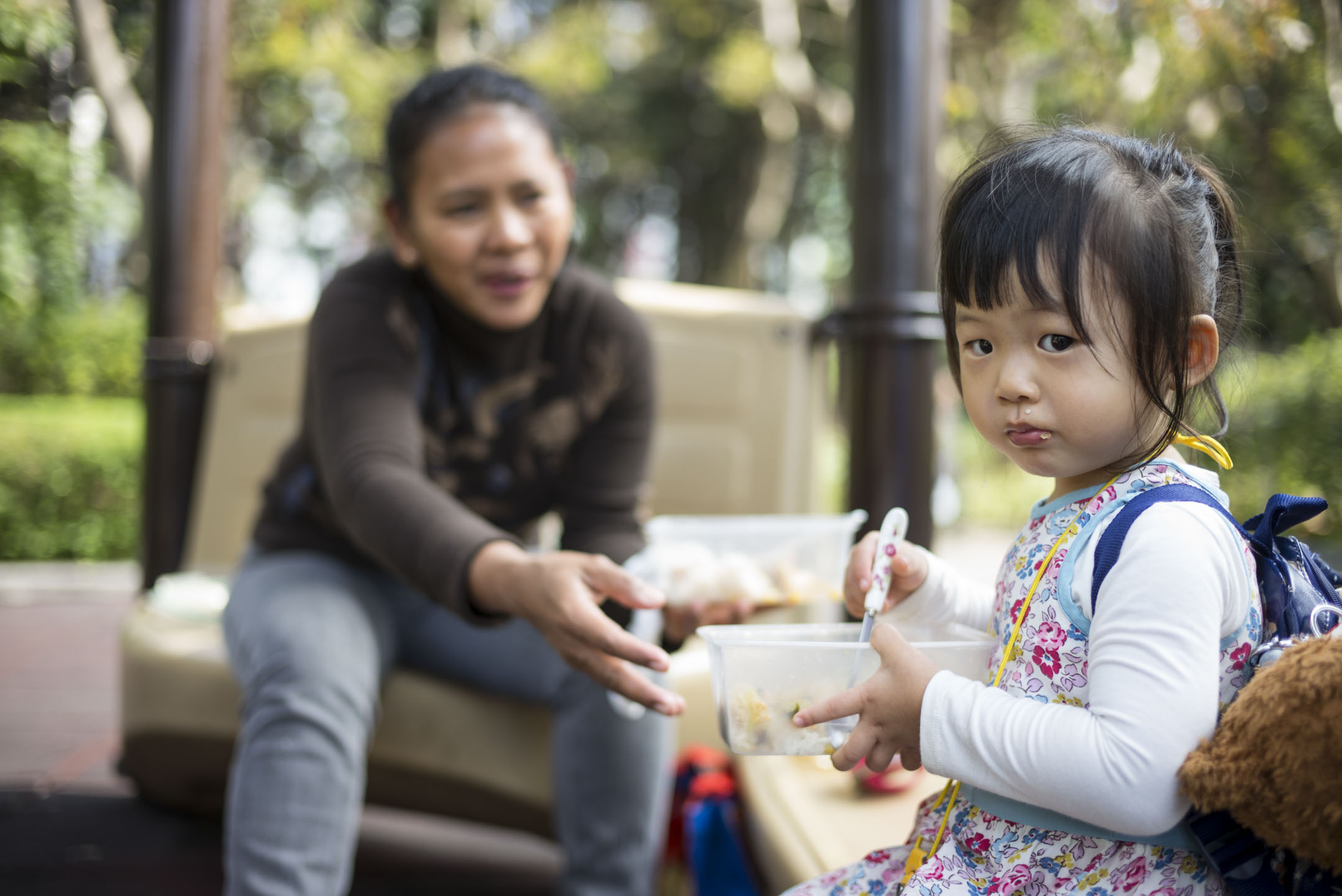 雙職家庭聘用外傭為主要照顧者,她們照顧和陪伴僱主子女的時間可能比父母本身還要多。圖為Kitty女兒今年兩歲半,由外傭Warni照顧日常生活。 攝:林振東/端傳媒
