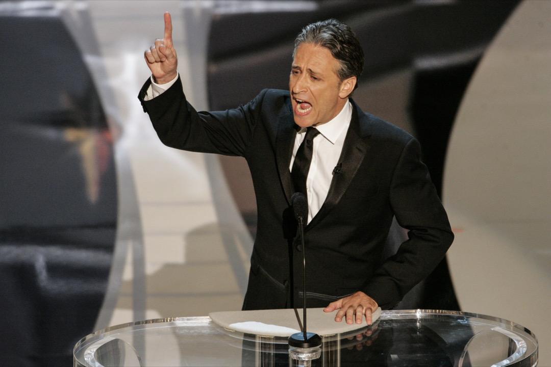2008年奧斯卡頒獎典禮主持人Jon Stewart在台上致詞。