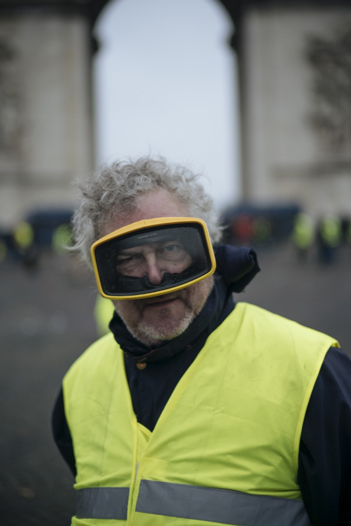 67歲的Roger是位退休人士,爲了預防警察施放的催淚彈,他們戴上眼罩前來參加示威。