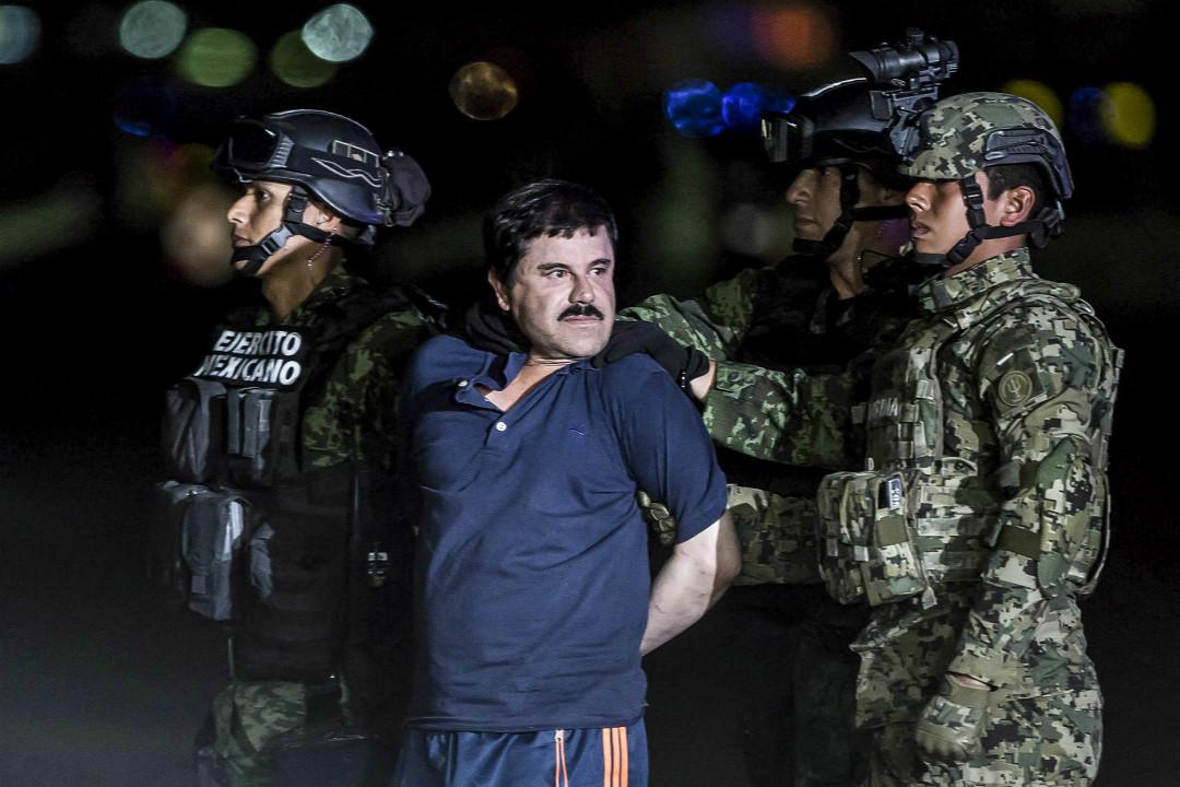 2016年1月8日,墨西哥大毒梟古茲曼(Joaquín Guzmán Loera)被押送到墨西哥城。 攝:Daniel Cardenas/Getty Images