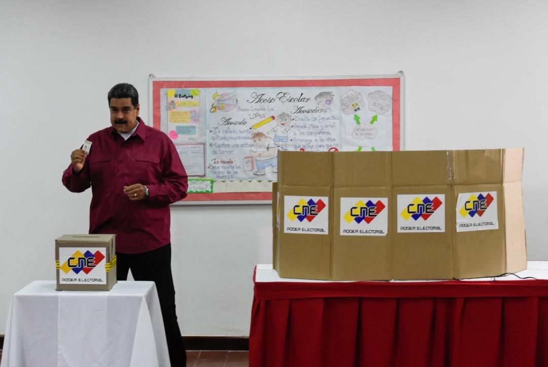 委內瑞拉議會是經民主選舉選出,且由反對派控制。這也就證明了委國存在政治多元化,而不是由馬杜羅完全掌控。在這樣的情況下,將馬杜羅政權定性為「獨裁政權」顯然有些牽強。圖為馬杜羅在一次選舉中投票。