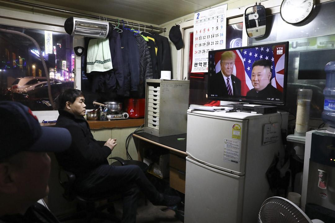 2019年2月27日,南韓首爾的一名男士觀看電視,電視中正播放在越南河內舉行的第二次美朝首腦峰會畫面。