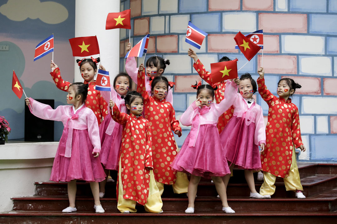 2019年2月27日,越南河內的越朝友誼幼兒園,教師們帶領孩子加緊排練歌舞節目,其中一些孩子還穿上了北韓傳統服裝。