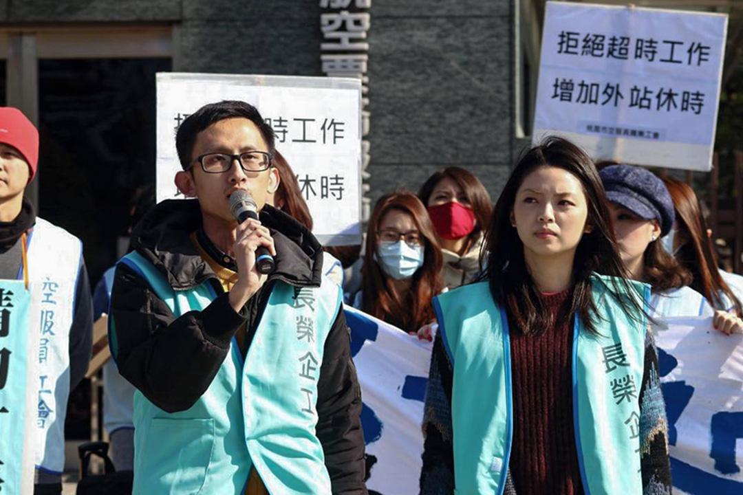 長榮數十名空服員於2017年底前往長榮航空總公司抗議,爭取改善過勞航班。圖為當時參與這場抗議活動的周聖凱(左)和Emily(右)。