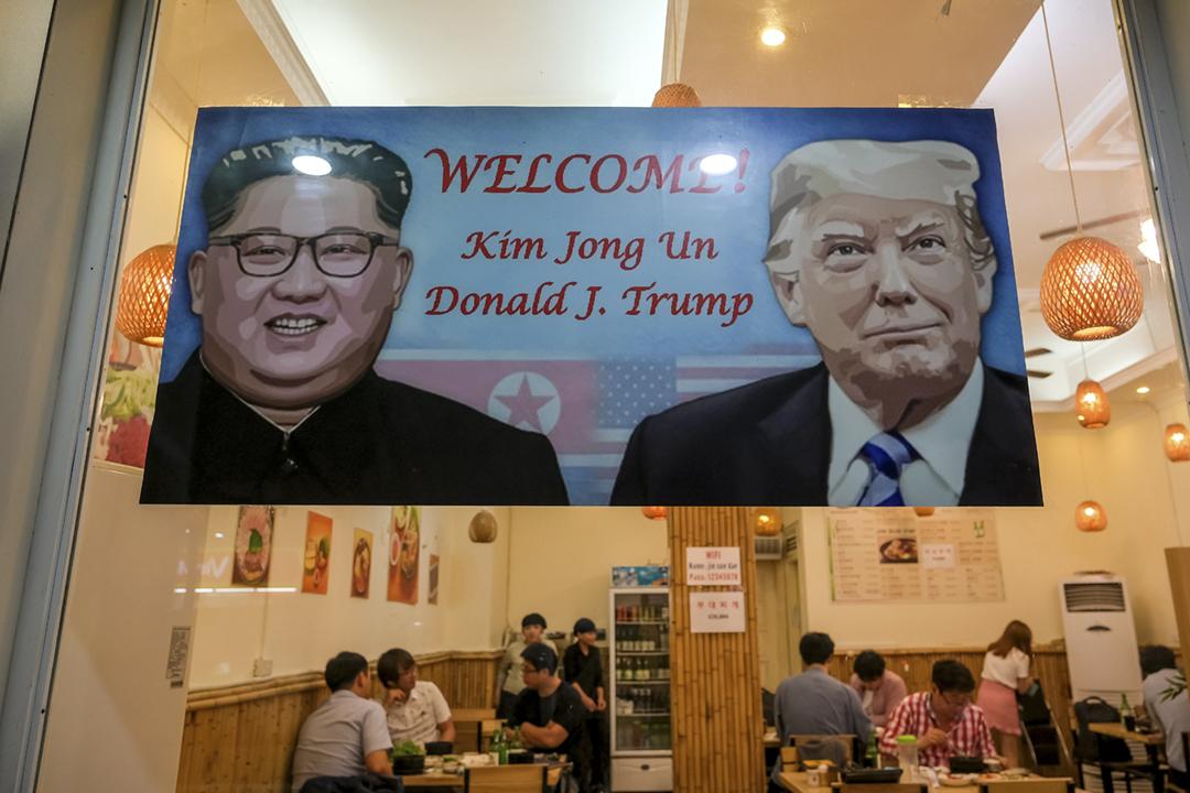 路透社引述南韓官員透露,北韓領袖金正恩近日撤換多名資深外交官。圖為越南河內一間韓國菜餐館,老闆貼出海報,歡迎下週於當地再度舉行峰會的金正恩及美國總統特朗普。 攝:Linh Pham / Getty Images