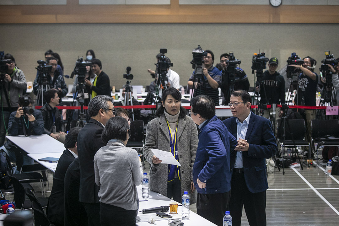 在第一次直播勞資協商中(2月13日),觀看直播的觀眾都可以看到,這場勞資協商對談原本被交通部定調為「座談會」,但在勞團的爭取下,最後簽成的終究是「團體協約」。