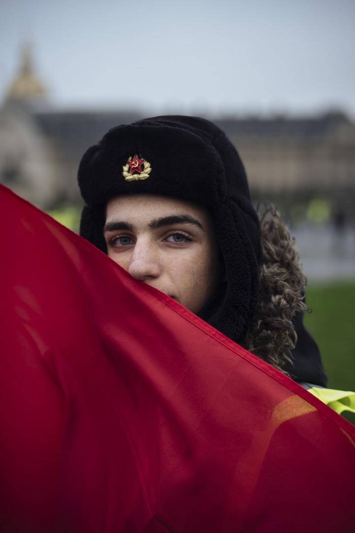 17歲學生Rafael戴上一頂掛著代表共產主義的鎚子與鐮刀標誌的蘇聯毛帽,參加這天的示威活動。