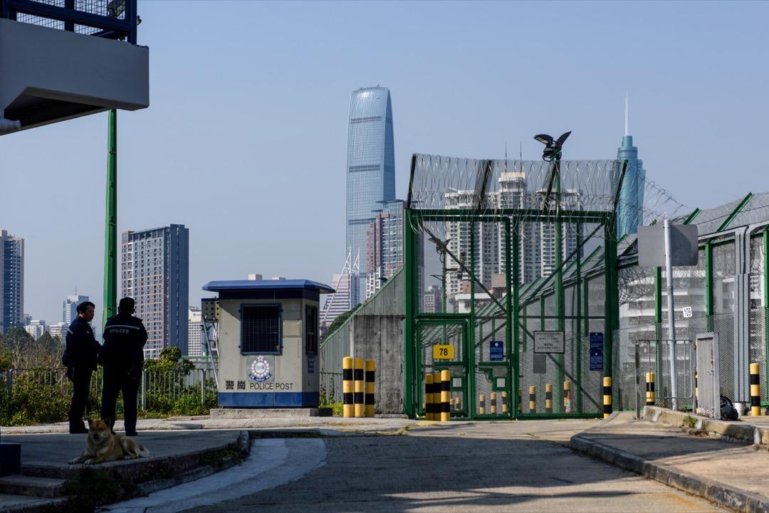 2月12日,香港保安局保安局提出建議修改《逃犯條例》,容許單一次個案方式移交逃犯,適用於香港與任何未與其訂有長期安排之地方。圖爲兩名香港警察在中港邊界駐守。 攝:Anthony Wallace/AFP/Getty Images