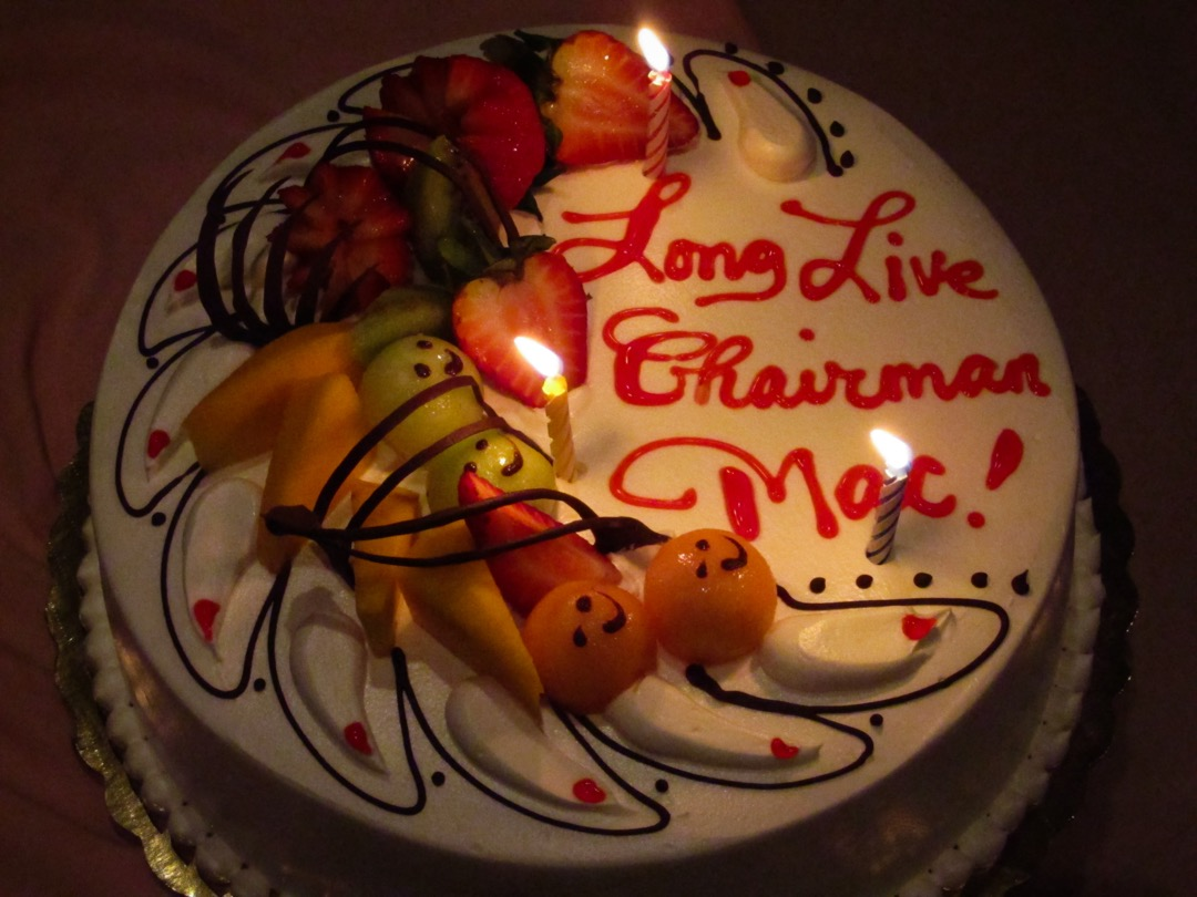 我們為他訂的生日蛋糕上,風趣地寫上了「Long Live Chairman Mac! (馬主席萬歲)」的題詞。