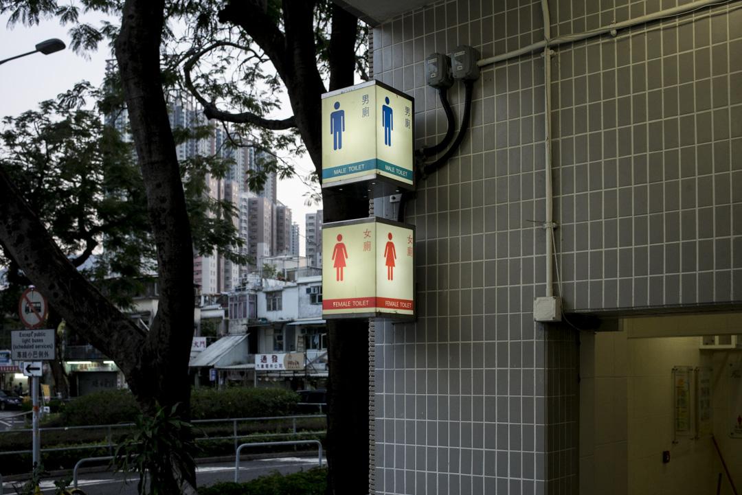 香港財政司司長陳茂波2月27日發表新的財政預算案,其中預計撥款6億港幣翻新食環署轄下約三成共240所公廁,於未來5年分階段進行。 攝:林振東/端傳媒