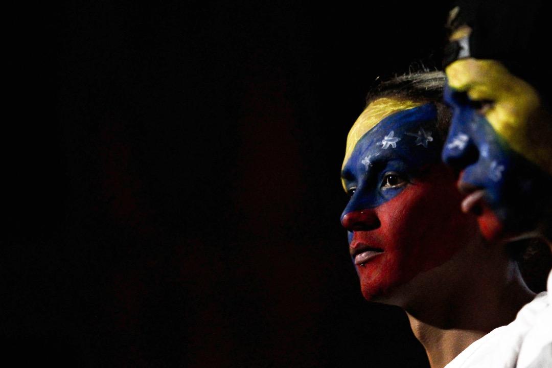 已經歷了5年政治衝突、社會動盪的委內瑞拉,早已不是國名的原意「小威尼斯」表達的那種富有詩意的形象,而是掙扎在貧困、飢餓、政治暴力的泥潭中。 攝:Miguel Schincariol/AFP/Getty Images