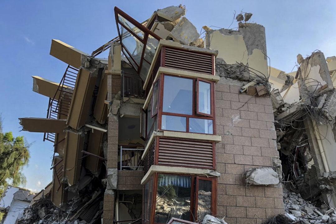 這是一場毫無徵兆的拆遷,因此業主們新買的家電、精心挑選的傢俬,乃至很多人的身份證和手機都被壓在廢墟下。透過玻璃隱約還能看見此前裝修過的痕跡。