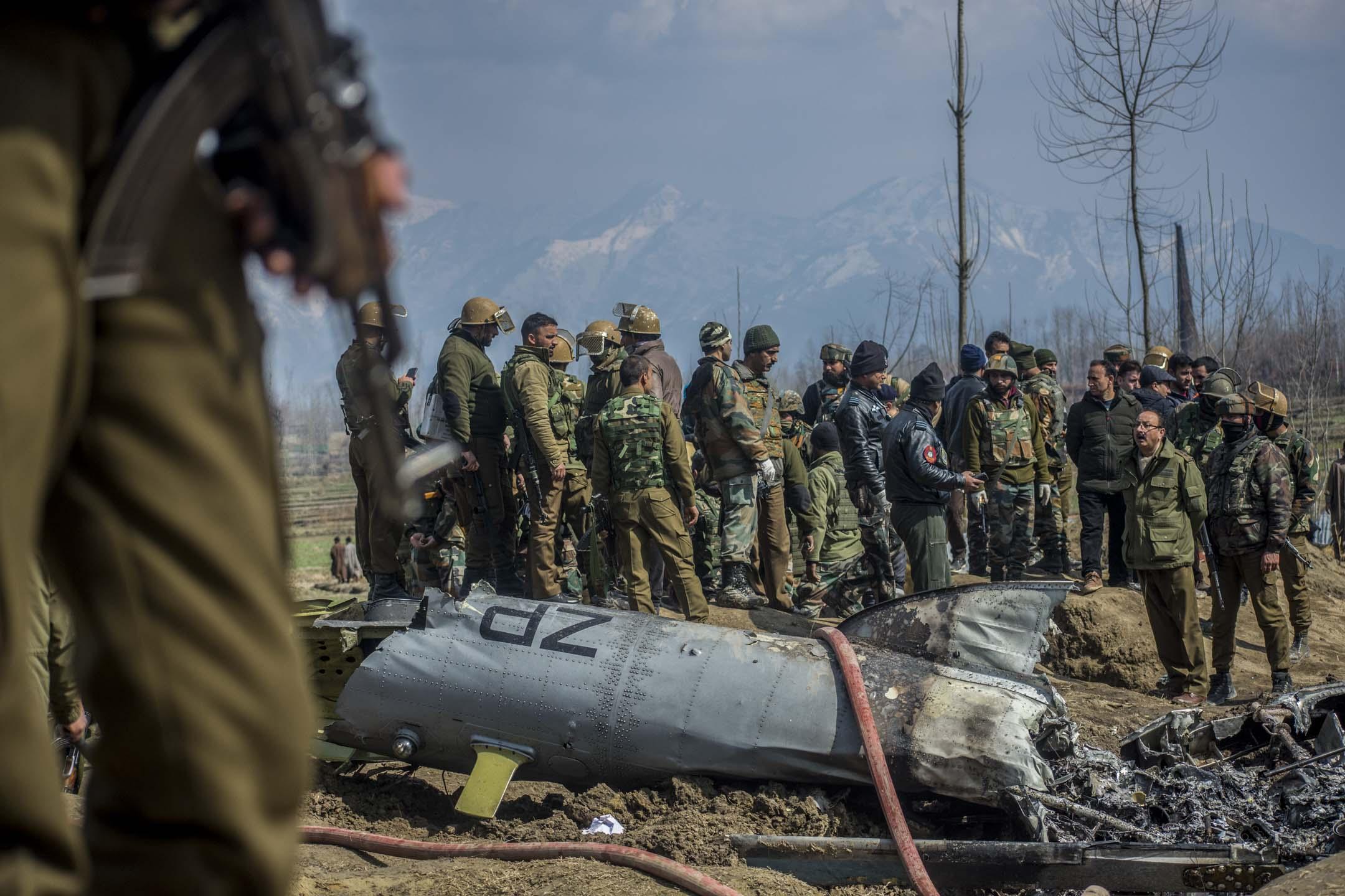 2019年2月27日,印度軍方一架直昇機於印控克什米爾巴德加姆縣墜毁,軍方部隊抵達現場調查事故原因。 攝:Yawar Nazir/Getty Images
