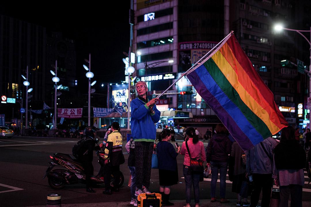 看到這次選舉公投的結果,同婚、綠能等進步理念全線潰敗,卻也讓他陷入了低潮。圖為知名同運人士祁家威,在公投前於台北西門町高舉彩虹旗。