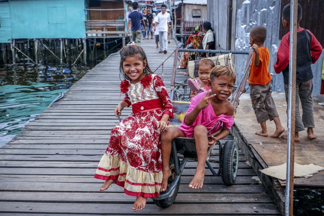 已定居岸上的海巴瑤族小孩在嬉鬧玩耍。