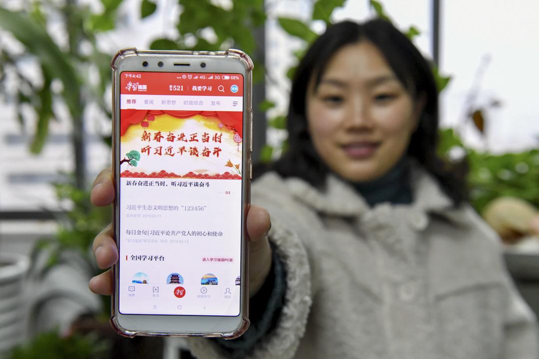 2019年2月13日,在安徽省合肥市,有黨員正在登錄「學習強國」學習平台在線學習。 攝:Imagine China