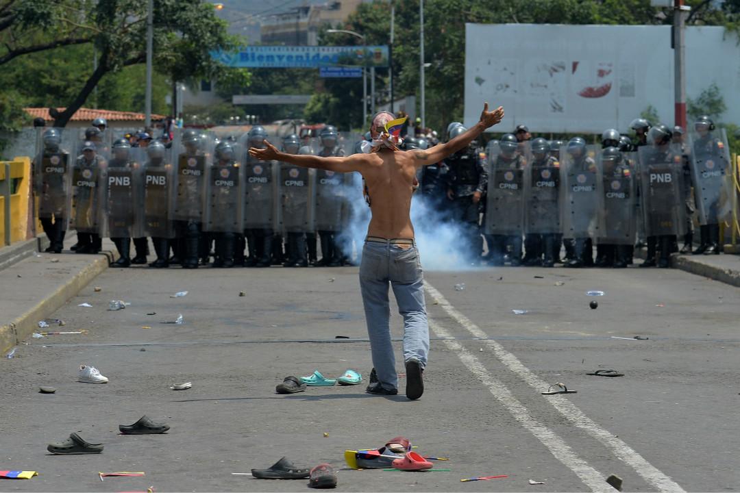 2019年2月23日,馬杜羅宣布關閉與哥倫比亞邊境後,示威者與邊境警衛隊對峙。 攝:Luis Robayo/Getty Images