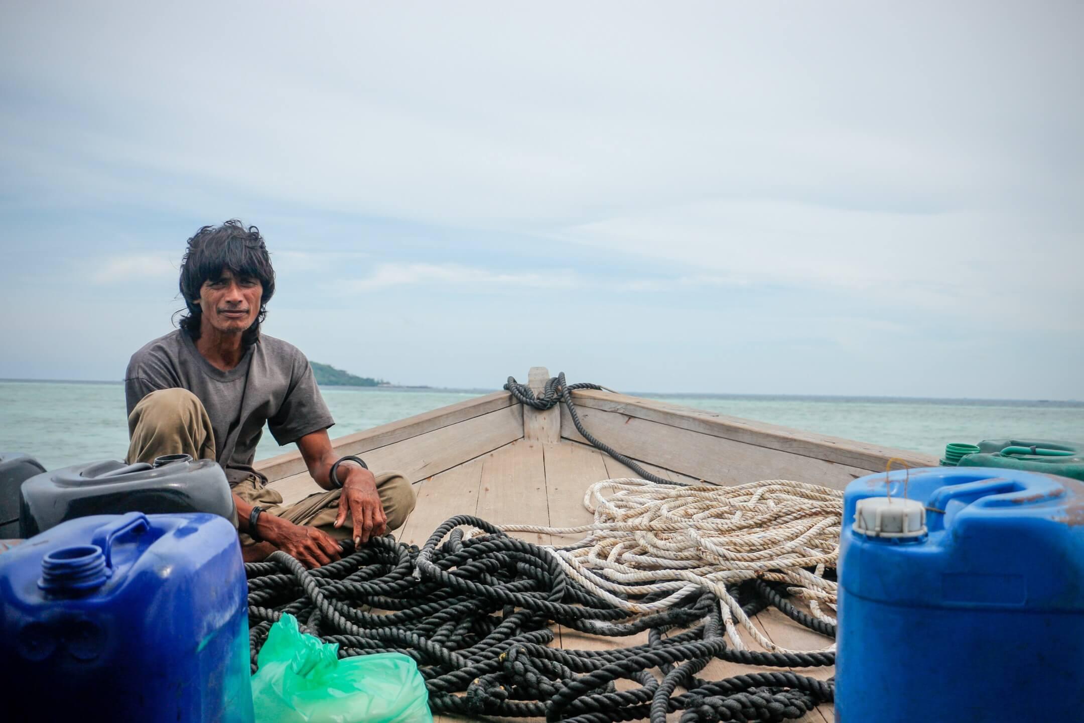 2018年9月一個悶熱卻有少許涼風的午後,長髮及肩的翁古坐在仙本那東北海岸邊一艘船屋的甲板上,已經不記得自己在此生活了多少年。 攝影:周慧儀
