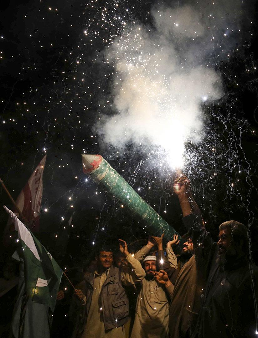 2019年2月27日,巴基斯坦人慶祝巴基斯坦空軍擊落兩架印度戰鬥機的消息。
