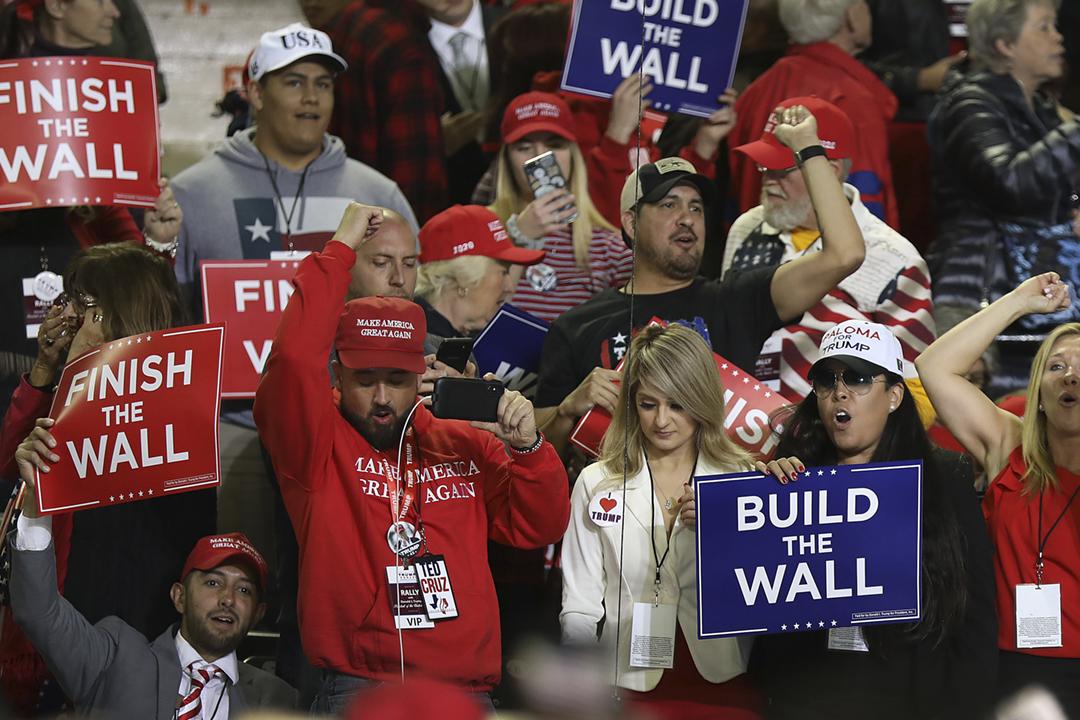 2019年2月11日,美國總統特朗普於德州埃爾帕索市(El Paso)舉行集會、推銷美墨邊境圍牆,有支持者舉起「建造圍牆」、「完成圍牆」等標語。 攝:Joe Raedle / Getty Images