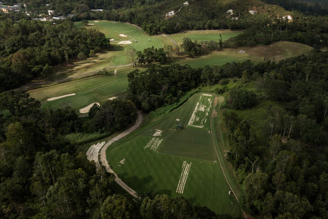 港府確認全面接納「土地供應專責小組」建議,包括收回粉嶺高爾夫球場其中32公頃土地作房屋用途。圖為以航拍機拍下的粉嶺高球場面貌。 攝:Stanley Leung / 端傳媒