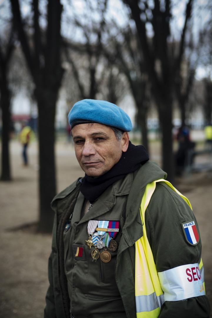 前軍人Christophe戴上他的勳章和藍色貝雷帽參與示威。