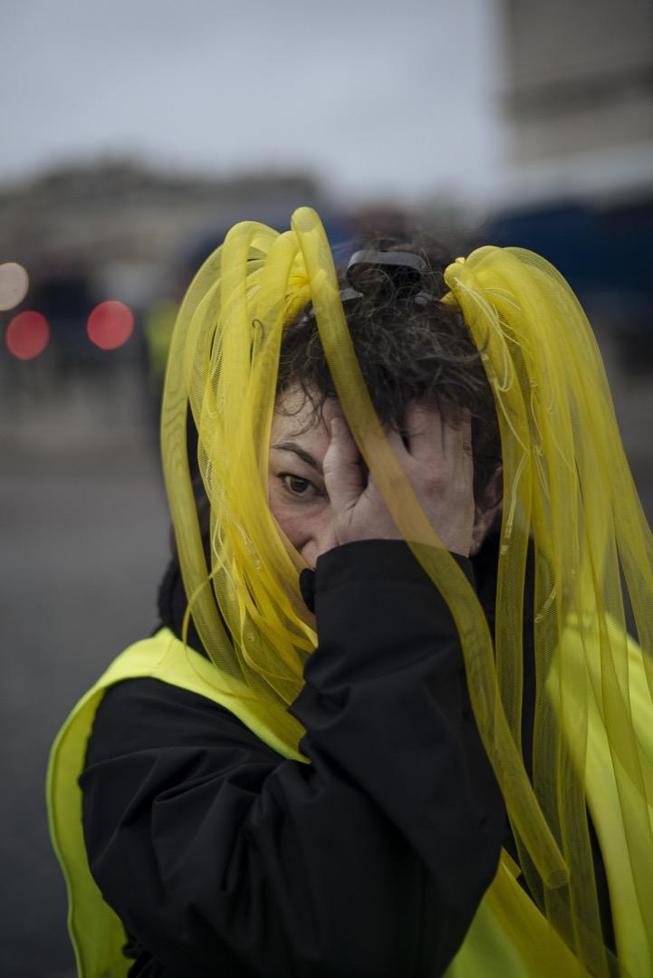 47歲的秘書Valerie,戴上搞鬼的黃色頭飾參加今天的黃背心示威。