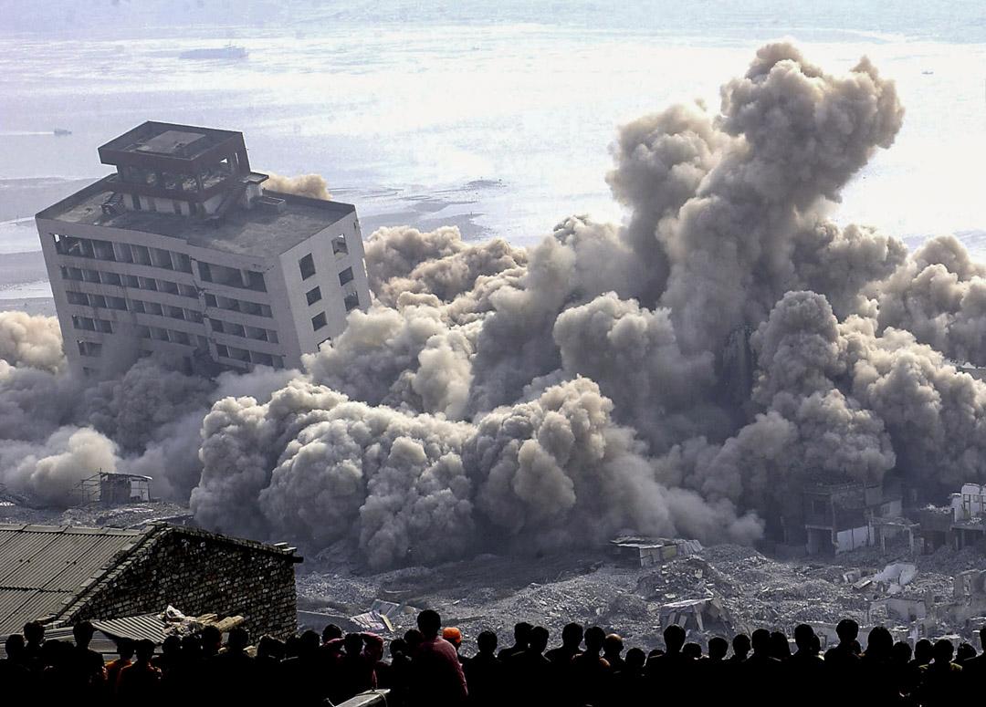 2002年11月4日,重慶市奉節鎮的居民看著這座已經有2000多年歷史的城鎮因三峽工程而被炸毁。