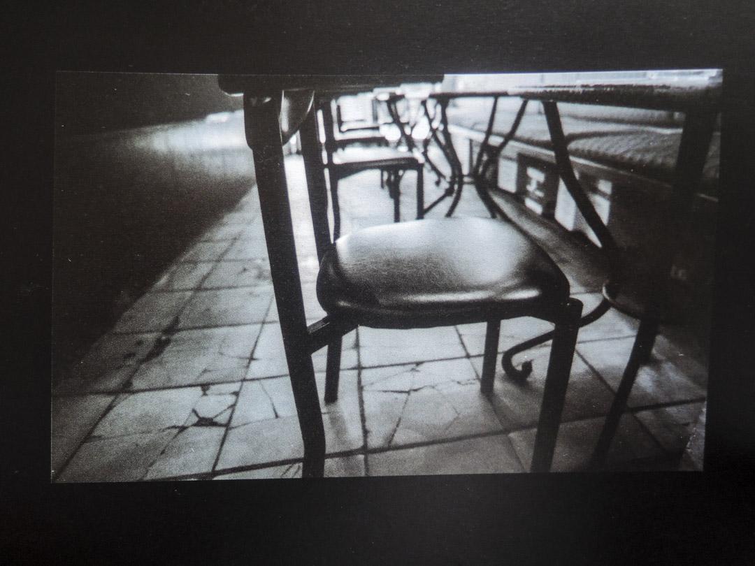 傅魯炳拍攝的六四吧。傅魯炳曾在此當酒保,留下一卷六四吧的底片照片,也有無人的黑白空鏡。